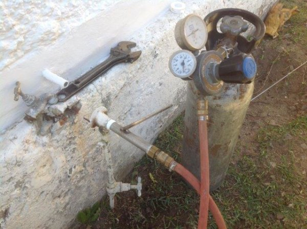 Connecting gas through a tap fitting